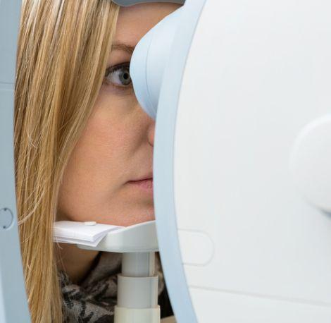 Professioneller Sehtest beim Brille24-Partneroptiker
